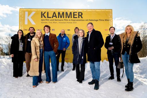 Präsentierten am 20. Jänner das neue Filmprojekt KLAMMER (von links): Elisabeth und Andreas Schmied (Regie/Drehbuch), die Schauspieler Valerie Huber und Julian Waldner, Christian Kresse (GF Kärnten Werbung), Johannes Köck (Cine Tirol), Eva und Franz Klammer, Jakob Pochlatko (Produzent), Loredana Rehekampff (Produzentin).