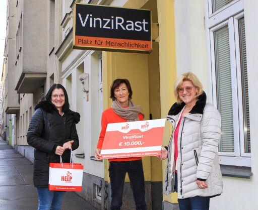 Scheckübergabe: Andrea Pichler (r.) und Sabine Caixeta (l.) von HELP mobile übergaben den Scheck an VinziRast-Obfrau Veronika Kerres (m.)