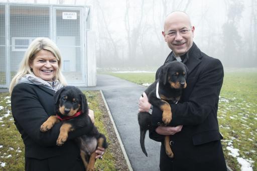Verteidigungsministerin Klaudia TANNER und Dompfarrer Toni FABER bei der Hundetaufe (Toni Faber mit Hündin HELI und BM Tanner mit Rüden HANNO)