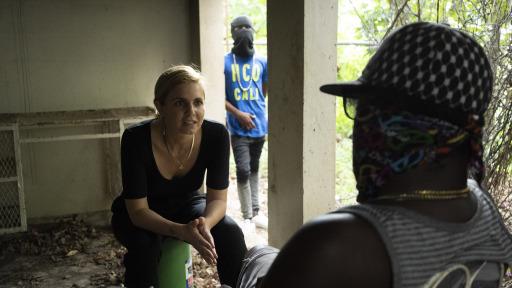 """Mariana van Zeller spricht mit einem Mitglied eines Telefonbetrügerrings in Jamaica. (© National Geographic) / Weiterer Text über ots und www.presseportal.de/nr/107804 / Die Verwendung dieses Bildes ist für redaktionelle Zwecke honorarfrei. Veröffentlichung bitte unter Quellenangabe: """"obs/National Geographic"""""""