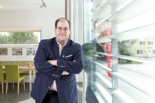 Seit Anfang 2020 ist Dir. Yves Suter Geschäftsführer von HARTL HAUS. Der Generationswechsel ist im Vorjahr erfolgreich umgesetzt worden. HARTL HAUS konnte das Jahr 2020 mit einem Mitarbeiterhöchststand und einem Anstieg im Verkauf abschließen.