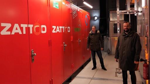 Fiete Dubberke, Geschäftsführer WestfalenWIND IT und Stefan Lietsch, Chief Technology Officer bei Zattoo freuen sich über den Start des klimaneutralen Fernsehens. Inhalte von Zattoo werden seit heute direkt aus einem Windrad gestreamt.