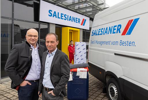Oliver Sonntag und Markus Fleischanderl vor der Vertriebsniederlassung in Feldkirch, Egetenweg 50. Vom neueröffneten Standort aus können die Kunden in Vorarlberg künftig noch flexibler betreut werden.