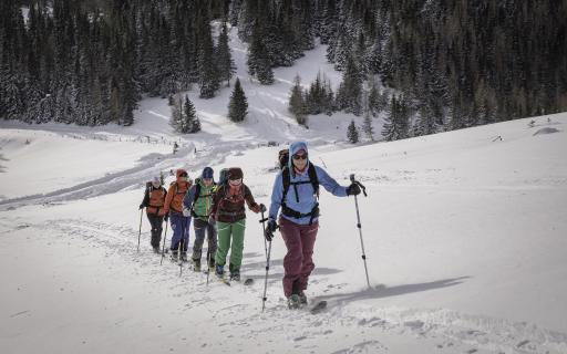 Skitourengruppe beim Aufstieg.