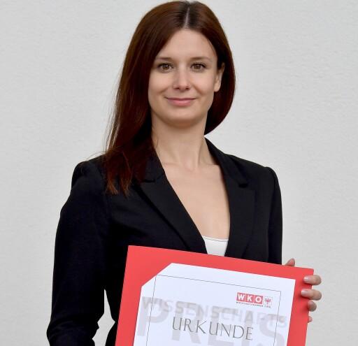 MCI-Absolventin Adriana Wacker erhält den Wissenschaftspreis der Tiroler Wirtschaftskammer.
