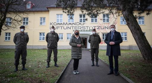 von li: Militärkommandant Bgdr MUHR, Verteidigungsministerin TANNER und Landeshauptmann STELZER