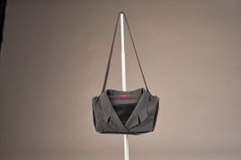 Modisch und nachhaltig: Aus alter Dienstkleidung entstehen kunstvolle Taschen