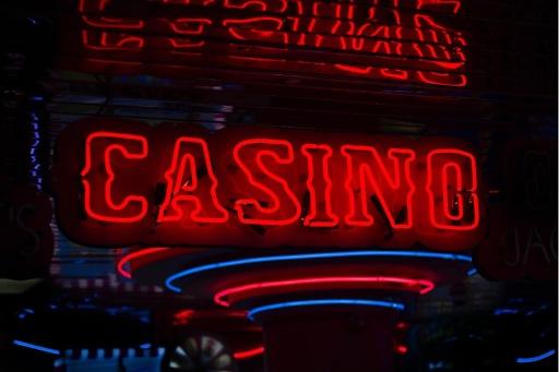 Rot leuchtendes Casino Logo an der Wand / Weiterer Text über ots und www.presseportal.de/nr/152549 / Die Verwendung dieses Bildes ist für redaktionelle Zwecke unter Beachtung ggf. genannter Nutzungsbedingungen honorarfrei. Veröffentlichung bitte mit Bildrechte-Hinweis.