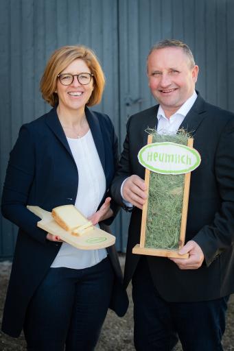 Christiane Mösl, Geschäftsführerin der ARGE Heumilch, und Obmann Karl Neuhofer präsentieren eine erfreuliche Bilanz für 2020.
