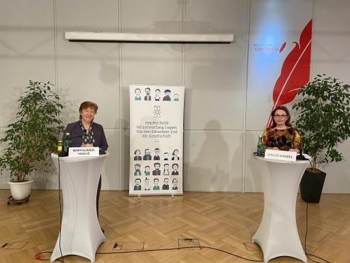 v.l.n.r.: DI Dr. Christa Wirthumer-Hoche Leiterin, AGES Medizinmarktaufsicht; Mag.a Renée Gallo-Daniel; Präsidentin des Österreichischen Verbandes der Impfstoffhersteller (ÖVIH)