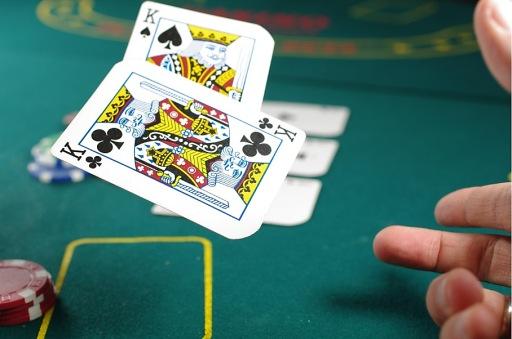 Spieler wirft Pokerkarten auf den Pokertisch / Weiterer Text über ots und www.presseportal.de/nr/152549 / Die Verwendung dieses Bildes ist für redaktionelle Zwecke unter Beachtung ggf. genannter Nutzungsbedingungen honorarfrei. Veröffentlichung bitte mit Bildrechte-Hinweis.