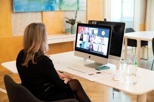 """Bundesministerin Susanne Raab beim Onlineaustausch unter dem Motto """"Empowerment von Frauen für Frauen"""""""