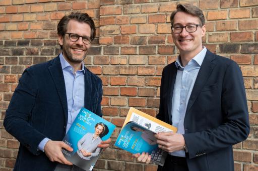 """Markus Graf und Martin Fleischhacker (v.l.n.r.) mit der esrten Ausgabe """"Unsere Europa. Unsere Gemeinde."""""""