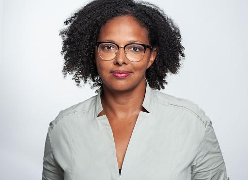 Natascha Thomas, stellvertretende Geschäftsführerin der PMG, kündigt Podcast-Transkripte für PMG Pressedatenbank an.