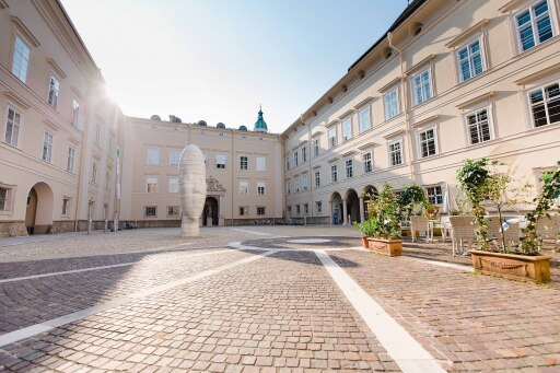 Innenhof der juridischen Fakultät der Paris Lodron Universität Salzburg in unmittelbarer Nähe der SMBS