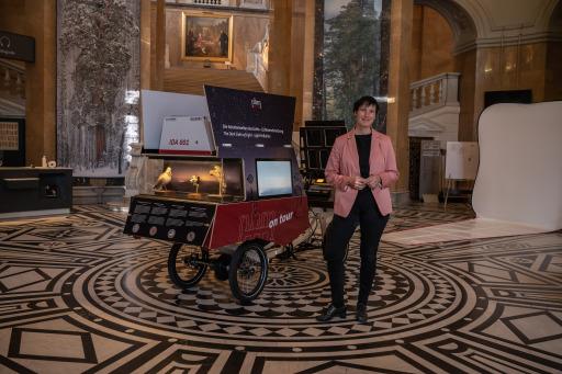 "Generaldirektorin Dr. Katrin Vohland mit dem Elektrolastenrad ""Ida 001"""