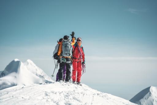 Bergführerin Caro North mit zwei Gästen auf dem Gipfel des Breithorns.
