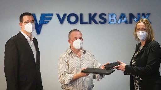 Bild v.l.n.r.: IT-Servicemanager Andreas Glöckl (VB Wien), Vereinsobmann Peter Bernscherer (PCs für alle), Nachhaltigkeitsmanagerin Monika Bäumel (VB Wien)