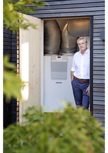 """""""Die Energie-Trendumfrage Österreich 2021 zeigt, dass die Erfahrungen mit der Pandemie zu einer neuen Beurteilung der Klimarisiken geführt haben"""", sagt Thomas Mader, Geschäftsführer des Haus- und Systemtechnikherstellers Stiebel Eltron Österreich. """"Wer künftig ganz konkret etwas für die persönliche Energiewende tun möchte, hat im eigenen Heizungskeller einen wichtigen Hebel in der Hand."""" Im Unterschied zu den Erdöl- und Gasbrennern verursacht eine moderne Wärmepumpenheizung keine CO2-Emissionen vor Ort - der für den Antrieb benötigte Strom lässt sich aus erneuerbaren Quellen nutzen. / Weiterer Text über ots und www.presseportal.de/nr/62786 / Die Verwendung dieses Bildes ist für redaktionelle Zwecke unter Beachtung ggf. genannter Nutzungsbedingungen honorarfrei. Veröffentlichung bitte mit Bildrechte-Hinweis."""
