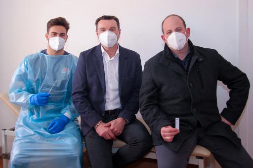 SalzburgMilch Geschäftsführer Andreas Gasteiger (Mitte), Covid-19-Koordinator Rainer Bruckmoser (rechts) und ein medizinischer Mitarbeiter des Teams von Dr. Thomas Danninger sind stolz auf fünf erfolgreiche Test-Monate und über 2500 durchgeführten Covid-Test.