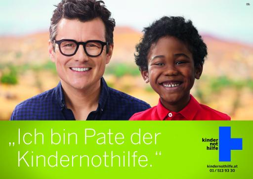 Der österreichische Kabarettist und Schauspieler Manuel Rubey wirbt auf den Plakaten der Kindernothilfe für eine Kinderpatenschaft.