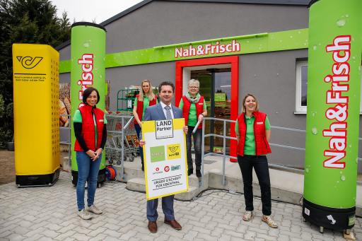 """Christoph Veit, Bürgermeister von Ebenthal, mit den vier neuen Mitarbeiterinnen des Land Partners """"Unser G'schäft für Ebenthal"""""""