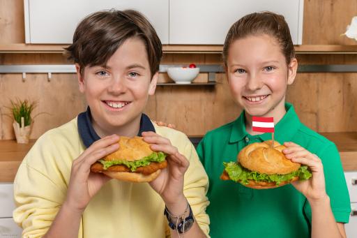 Kinder mit Puten-Schnitzel-Semmel