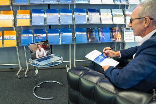 Im Euregio-Raum Studium und Berufserfahrung in Partnerunternehmen verknüpfen: Südtiroler Landesrat Philipp Achammer und MCI Rektor Andreas Altmann haben hierfür die Vereinbarung unterzeichnet. (Foto MCI_Kiechl)