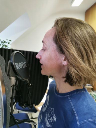 Die Schauspielerin Andrea Köhler bei der Aufnahme des Podcasts, www.andreakoehler.at