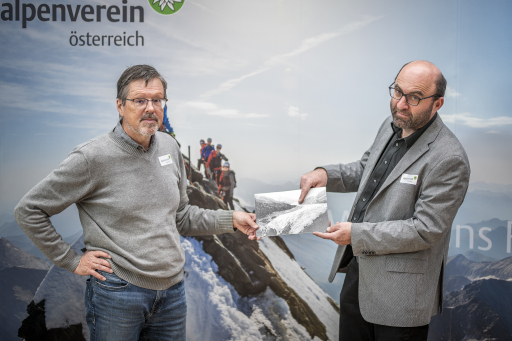 Gerhard Lieb (li.) und Andreas Kellerer-Pirklbauer, Leiter des Alpenvereins-Gletschermessdienstes, zeigen auf einem historischen Bild das ungefähre Ende der Gletscherzunge 2020. (Bild im Bild: Gepatschferner um 1920 // Foto: ÖAV Museum und Archiv)