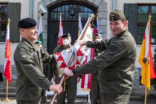 Vizeleutnant Othmar Wohlkönig (links im Bild) übergibt die Fahne der ÖUOG an seinen Nachfolger Vizeleutnant Markus Auinger (rechts im Bild)