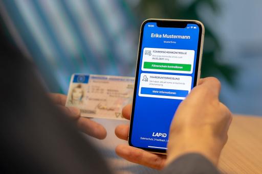 Mobile Führerscheinkontrolle mit der LapID Driver App / Weiterer Text über ots und www.presseportal.de/nr/149692 / Die Verwendung dieses Bildes ist für redaktionelle Zwecke unter Beachtung ggf. genannter Nutzungsbedingungen honorarfrei. Veröffentlichung bitte mit Bildrechte-Hinweis.
