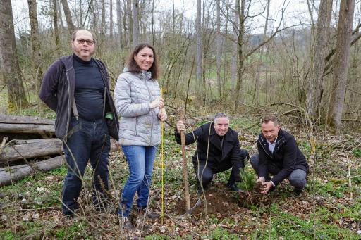 Spatenstich: Familie Lehner (Waldbesitzer), Manuel Plöbst (Regionaldirektor Merkur Versicherung), Christian Jungwirth (Verkaufsleiter Merkur Versicherung) v.l.
