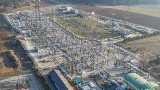 70.000m², mehr als sechs Fußballfelder: So groß ist das Areal des APG-Umspannwerks Ternitz in Neunkirchen. Auf einer Fläche von 26,5 Hektar oder 2,5 Fußballfeldern erstreckt sich hier die neu sanierte 110-kV-Anlage.