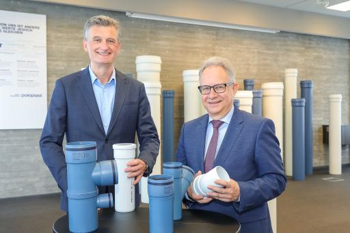 von rechts nach links: POLOPLAST CEO Wolfgang Lux und CFO Konstantin Urbanides kündigen neues Investitionspaket für Standort Leonding an.