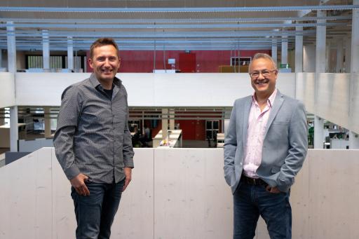Dr. Thomas Lüftner (links) und Univ.-Prof. Dr. Pedro Julián (rechts) freuen sich über die gemeinsame Zusammenarbeit.