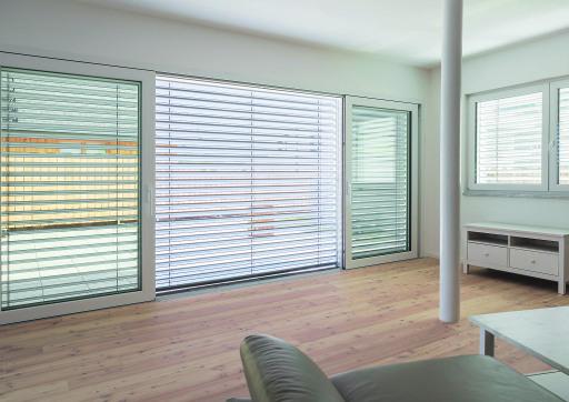 Ganzheitlich gedachter Sonnenschutz wird zum Standard modernen Wohnens und beugt Raumüberhitzung vor.