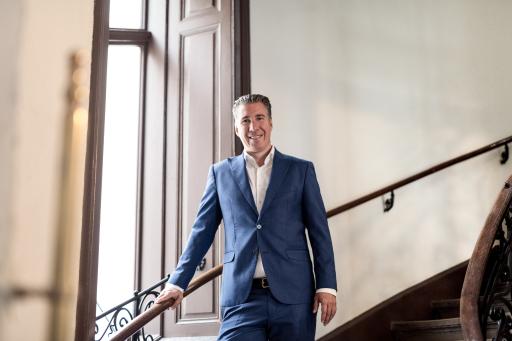 Michael Schmidt, Geschäftsführer der 3SI Immogroup, in einem seiner revitalisierten Zinshäuser