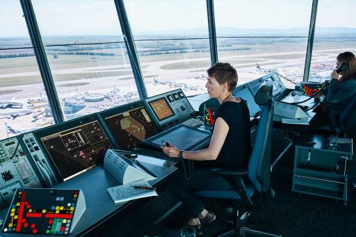 Fluglotsin im Austro Control Tower am Flughafen Wien.