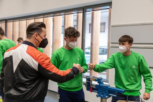 Ehrliches Interesse: Andreas Gabalier beim Besuch der Lehrlinge in der Energie Steiermark