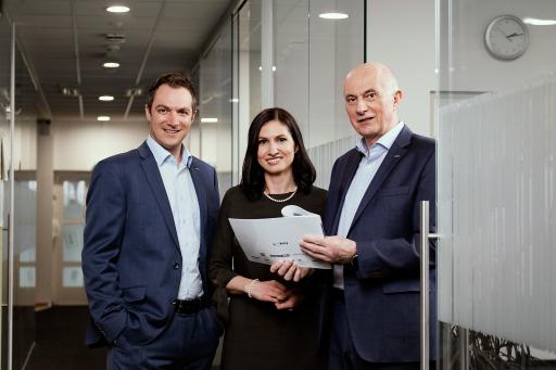 Der Eigentümer des Linzer Fingerprintspezialisten ekey biometric systems GmbH, Dr. Leopold Gallner (v. r.), holt seine beiden Kinder Raphaela Gallner und Michael Gallner-Holzmann in das innovative Unternehmen.