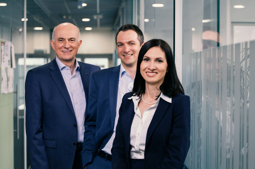 Der Eigentümer des Linzer Fingerprintspezialisten ekey biometric systems GmbH, Dr. Leopold Gallner (v. l.), holt seine beiden Kinder Michael Gallner-Holzmann und Raphaela Gallner in das innovative Unternehmen.