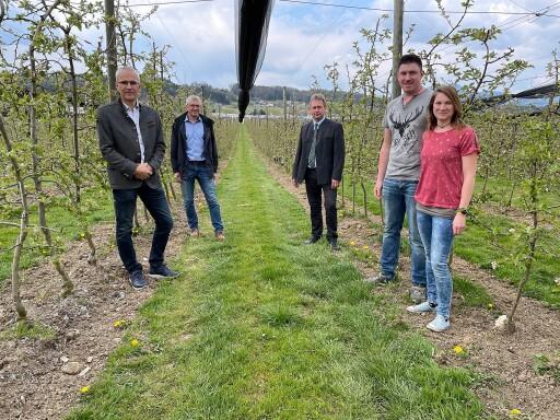 Lokalaugenschein in der Steiermark mit (v.l.n.r.) Manfred Kohlfürst, Josef Kurz, Franz Titschenbacher, Familie Julia und Franz Rosenberger
