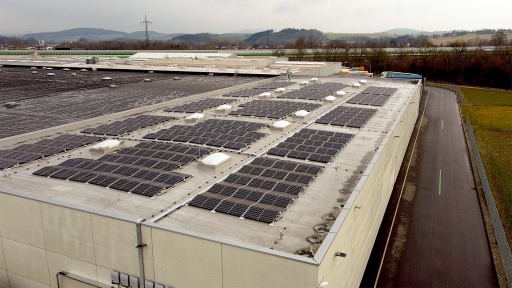 Auf dem Dach der Logistikhalle werden nun pro Jahr 200.000 kW Solarenergie erzeugt