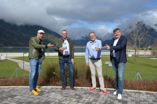 Präsentierten nicht nur beim Schuhwerk ein buntes Programm (von links): Schirmherr Bernhard Aichner, Verleger Markus Hatzer, Autor Herbert Dutzler und Martin Tschoner (Achensee Tourismus)