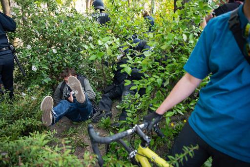 Der Wiener Pressefotograf Kurt Prinz wird von Polizisten an der Arbeit behindert.