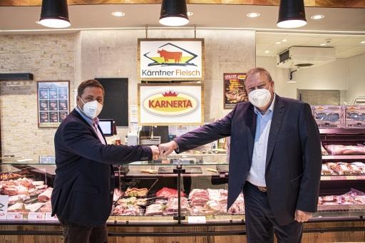 Josef Fradler, Obmann Genossenschaft Kärntner Fleisch und Franz Tremschnig, Geschäftsführer KARNERTA GmbH, besiegeln die Kooperation.