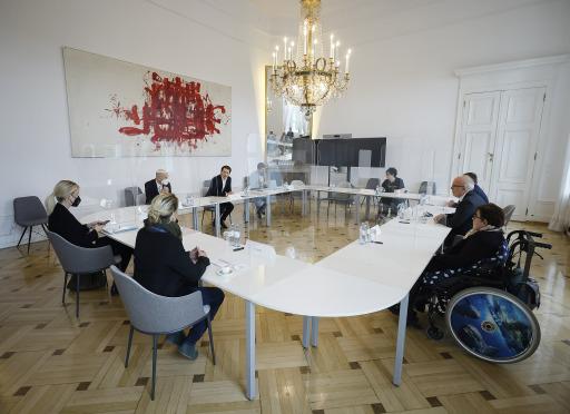 Bundeskanzler Sebastian Kurz trifft gemeinsam mit BM Martin Kocher eine Delegation der Lebenshilfe. Übergabe eines Inklusionsbeetes. Wien. 05.05.2021, Foto: Dragan Tatic