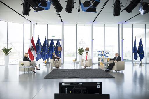Europaministerin Karoline Edtstadler im Gespräch mit Hannelore Veit, Johannes Hahn und Wolfgang Schüssel