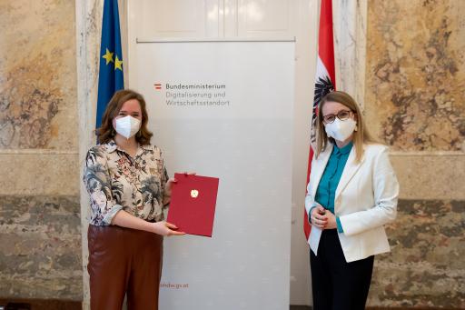 Wirtschaftsministerin Margarete Schramböck mit Startup-Beauftragte Lisa-Marie Fassl